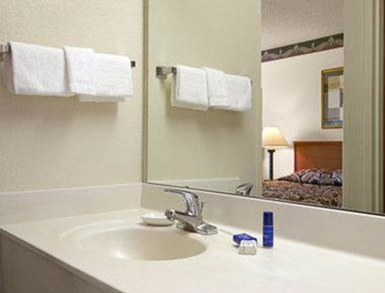 Baymont Inn and Suites Milwaukee/Grafton: Bathroom