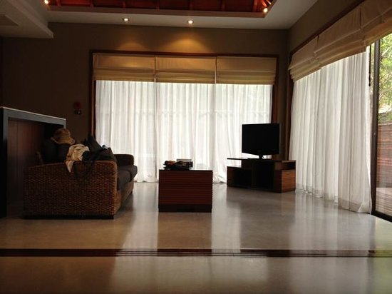 Villa Zolitude Resort and Spa: Bare looking living room area with small tv