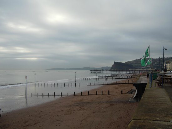 Teignmouth, UK: View along Teigmouth beach