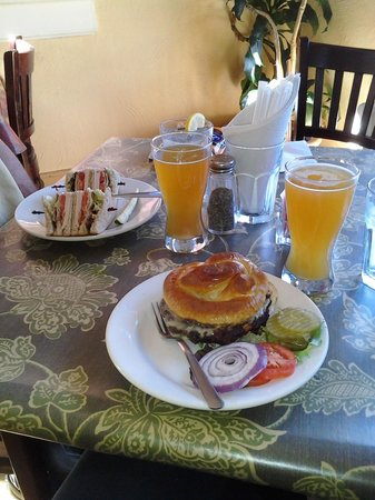 Jonesborough, เทนเนสซี: Black Bean Burger, Club Sandwich & a local beer