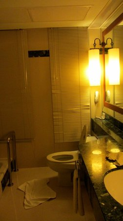 Centre Point Sukhumvit 10: Spacious Bathroom