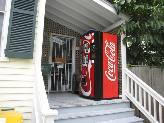 La Pensione Inn: Coke/Ice Machine Area
