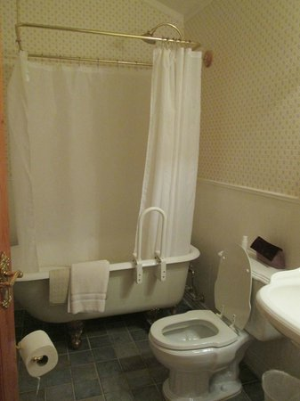 Osmer D Heritage Inn- Bed and Breakfast:                   Great tub and large bathroom
