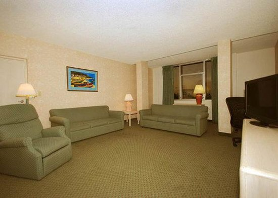 Comfort Inn &amp; Suites Miami Airport: Suite living room