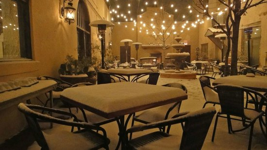 The Holland Hotel: Snowy night in the courtyard