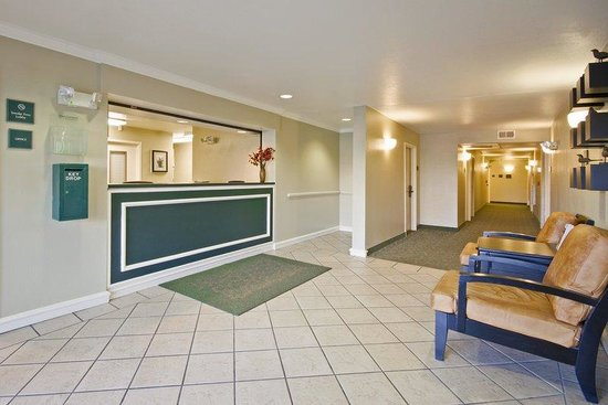 Extended Stay America - Kansas City - Country Club Plaza: Lobby and Guest Check-in