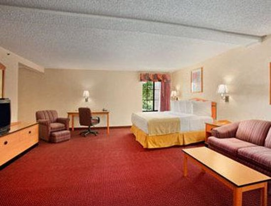 Red Lion Inn & Suites Denver Airport: Jacuzzi Suite.