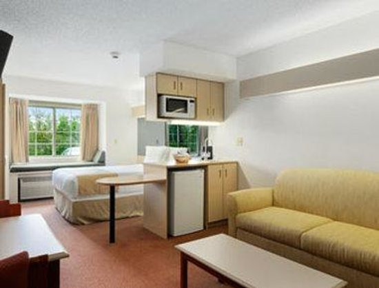 Microtel Inn & Suites by Wyndham Seneca Falls: Suite