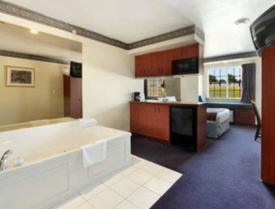 Microtel Inn &amp; Suites by Wyndham Mesquite/Dallas At I-30: Jacuzzi Suite