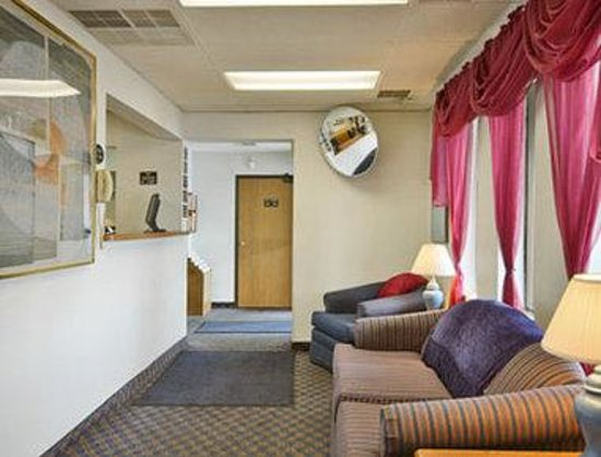 Super 8 Montgomery/Maybrook: Lobby