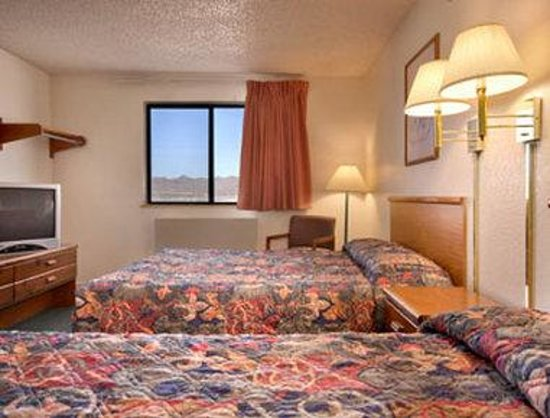 Super 8 Kingman: Standard Two Queen Bed Room