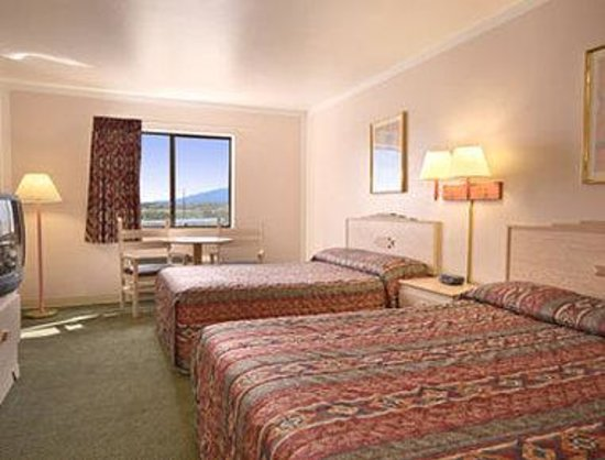 Super 8 Camp Verde: Two Queen Bed Room with MicroFridge