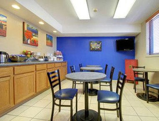 Super 8 Motel - Coralville: Breakfast Area