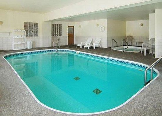 Quality Inn &amp; Suites: Pool