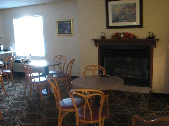 Charlevoix Inn & Suites: Fireplace area