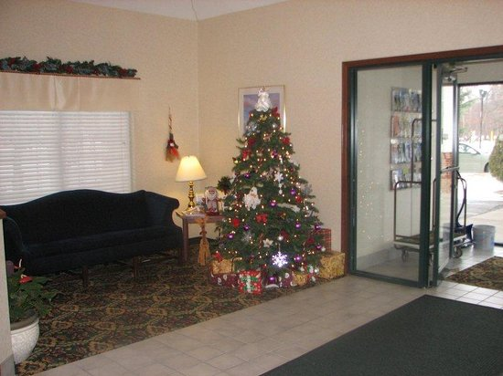 Charlevoix Inn & Suites: Lobby at Christmas