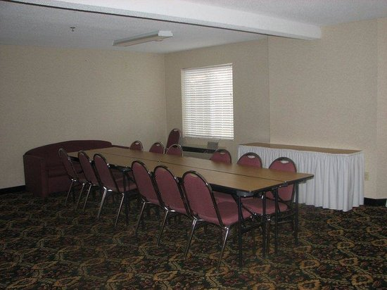 Charlevoix Inn & Suites: Meeting Room