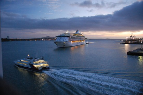 Hilton Auckland:                   'Voyager of the Seas' coming into berth, viewed from room 610 balcony