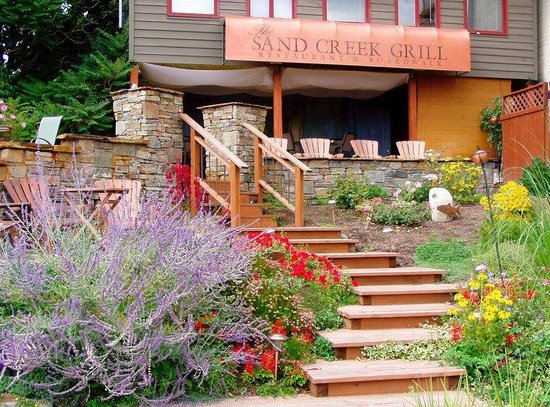Inn at Sand Creek: Garden walk