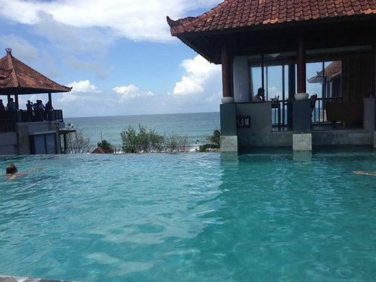 Mercure Kuta Bali: infinity pool at 4th floor