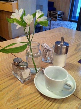 Bleibtreu Hotel:                   Flowers on breakfast table