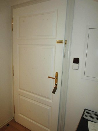 Casa Marcello: Stains all over the door. Stains everywhere to be frank. How can this be a 4 star?
