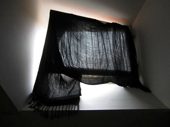 Casa Marcello: Our room had no curtain, we had to use our own scarves.