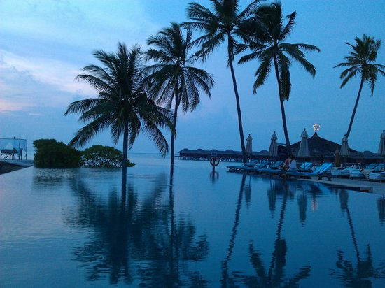 Anantara Veli Resort & Spa:                   Gorgeous sunset picture poolside while on Veli Island!