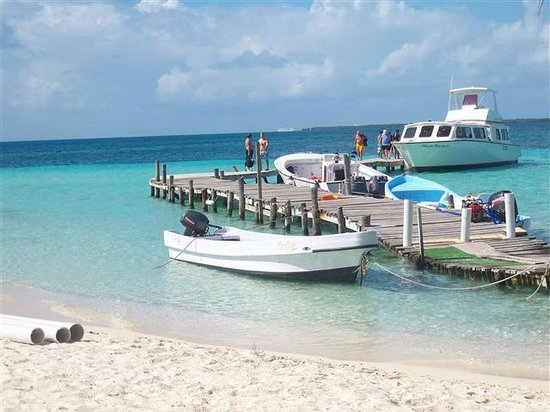 Belize Cayes, Belice:                   Small pier, pic doesn't do justice to beauty at all...