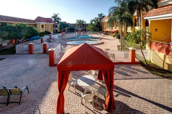 Quality Inn &amp; Suites Conference Center: Courtyard with pools and cabanas