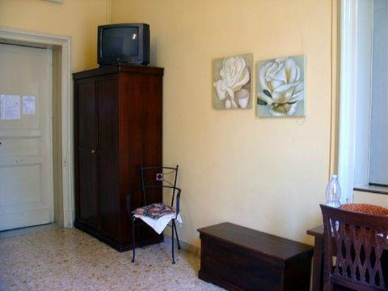 San Demetrio Hotel: TV &amp; Wardrobe