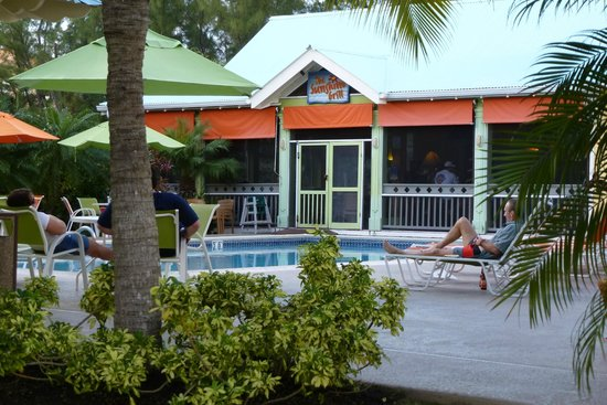 Sunshine Suites Resort: View of the pool and restaurant