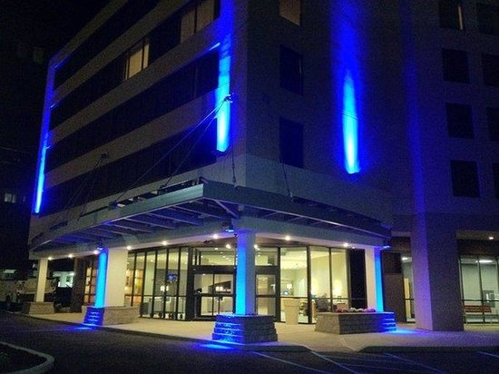 Holiday Inn Express Hotel & Suites Stamford: Hotel Exterior: Night