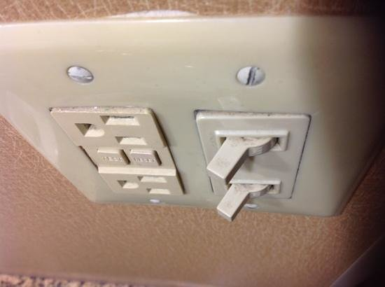 Radisson Hotel Cleveland Airport West: Would you want to touch this light switch?