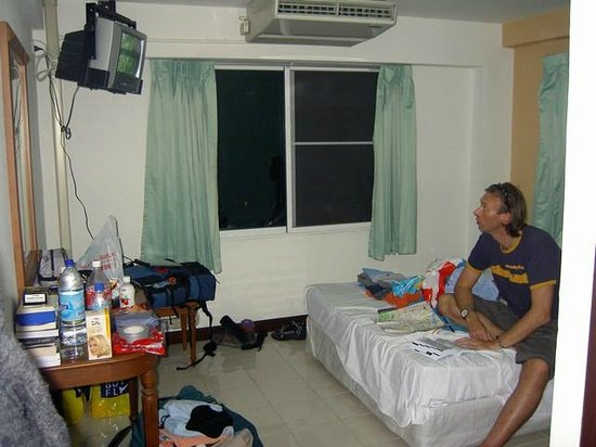 Rambuttri Village Inn & Plaza: Room in A wing, before upgrade. These are the most spacious.