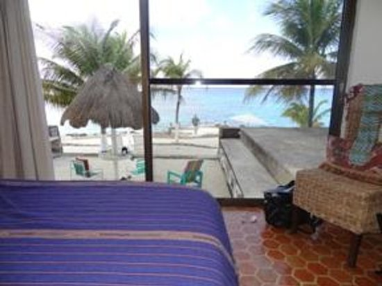 Condumel Condobeach Apartments: The king bed overlooks the Caribbean.