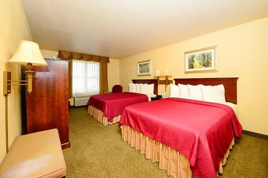 Hubbard, OH: Two Queen Bed Guest Room