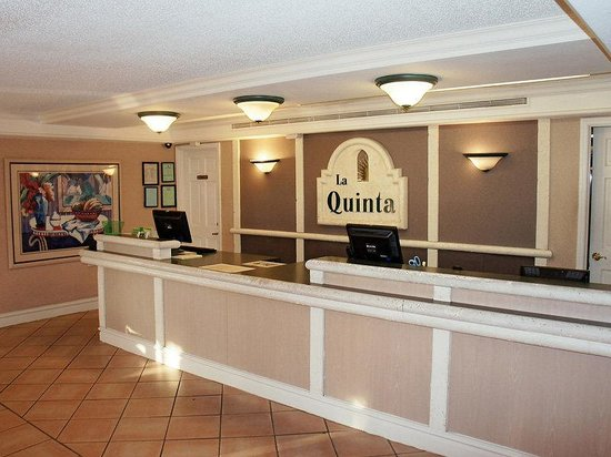 La Quinta Inn Huntsville Space Center: Front Desk