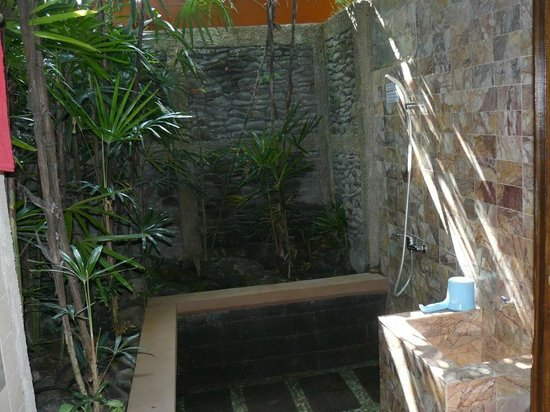 Guci Guesthouses: Outdoor shower