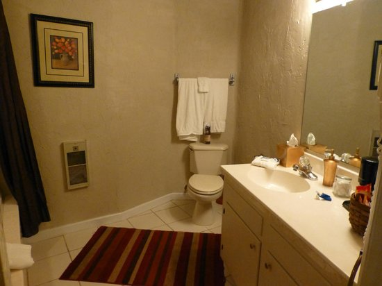 Cliff Dwellers Inn :                   Bathroom