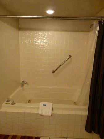 Cliff Dwellers Inn:                   jacuzzi tub