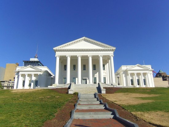 Commonwealth Park Suites Hotel: The Virginia Capitol is just across the street