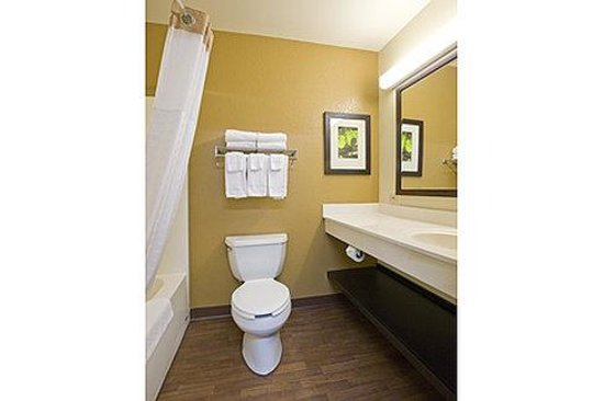 Extended Stay America - Piscataway - Rutgers University: Bathroom