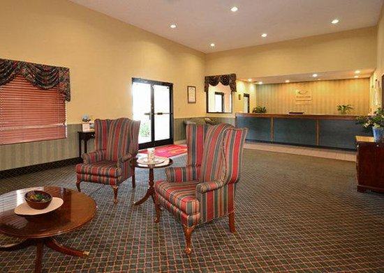 Econo Lodge Inn And Suites East: Hotel Lobby