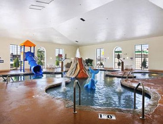 Microtel Inn &amp; Suites by Wyndham Green Bay: Pool