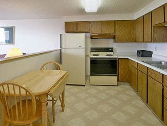 Super 8 Jamestown: Kitchenette Suite