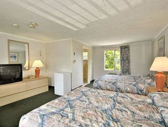 Super 8 Motel - Hyannis/W. Yarmouth/Cape Cod Area: Standard Two Double Bed Room