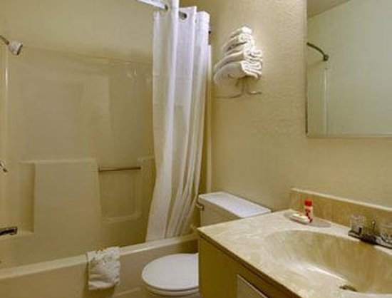 Super 8 Hartford / Windsor: Bathroom