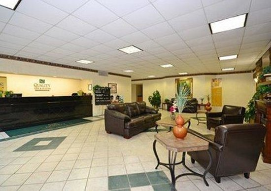 Quality Inn & Suites Chambersburg: Front desk in Lobby