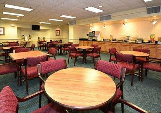 Quality Inn & Suites Chambersburg: Breakfast seating